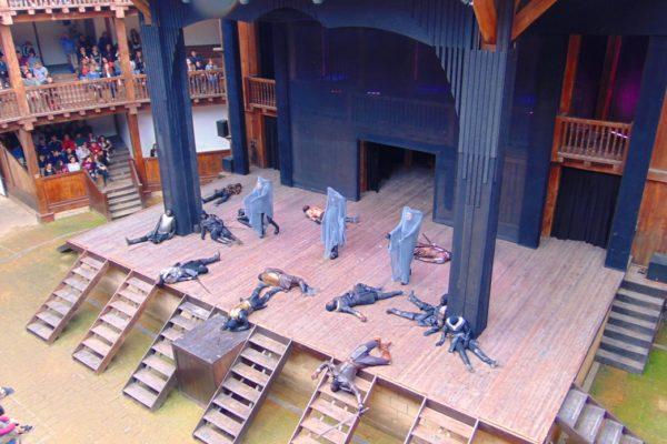 Un momento del Macbeth, messo in scena al Globe Theatre di Roma. Sul palcoscenico, durante la battaglia, avanzano le tre sorelle fatali, le protagoniste occulte della tragedia.