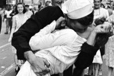 Immagine in evidenza: bacio del v-j day
